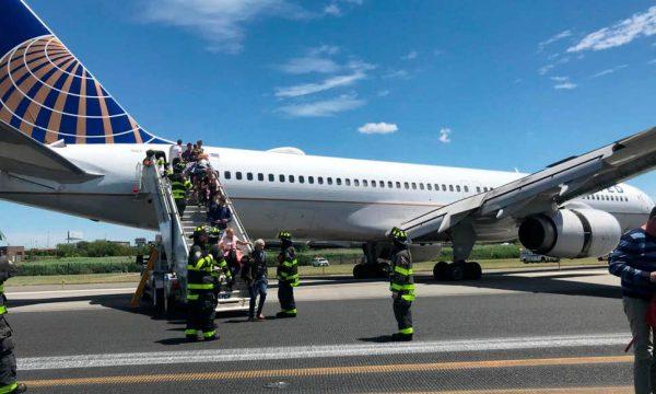 Aeroplanit në ShBA i digjen gomat dhe del nga pista