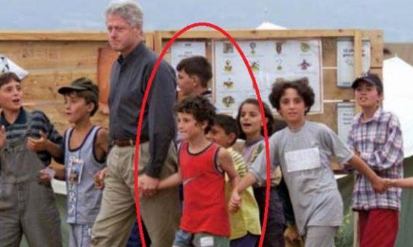 Ja si duket sot djali që e kishte kapur për dore Bill Clintonin vite më parë