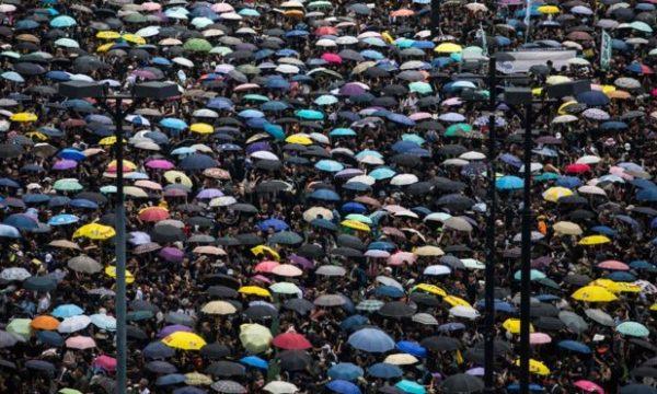 Ishin gati dy milionë protestues, por shikoni se si i hapin rrugën ambulancës