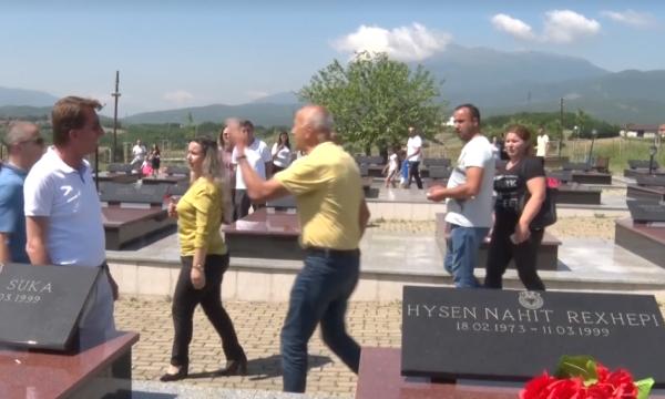 Veterani i UÇK-së që iu vra djali në luftë shpërthen te varrezat, shan dhe akuzon njerëzit e pushtetit (Video)