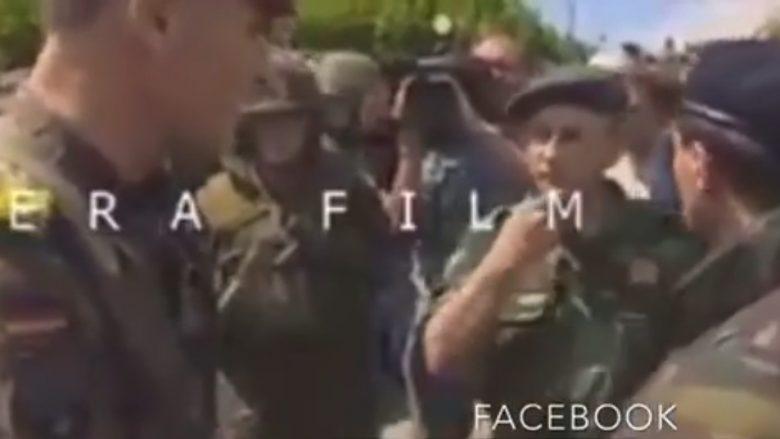 Pamje të bëra 20 vjet më parë: Kur oficeri i NATO-s u jep 30 minuta afat forcave serbe, për t'u larguar nga Prizreni (Video)