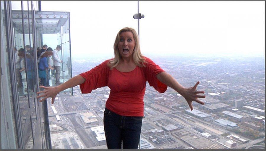 Ballkoni i kullës më të lartë në Çikago plasaritet, nën këmbët e turistëve