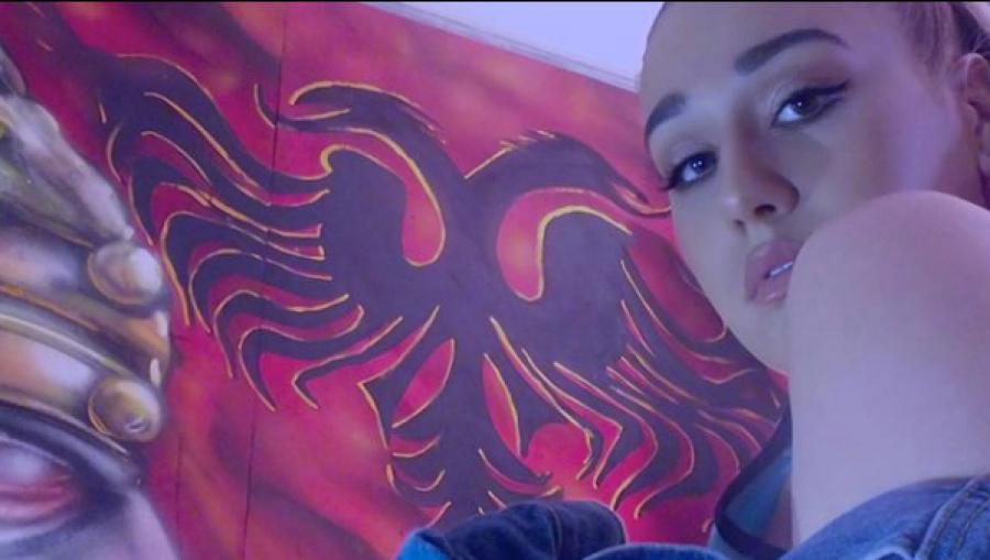 Stërmbesa e Skënderbeut publikon këngën e saj të parë, shfaq flamurin Kuq e zi