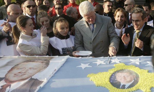Ky është kamerieri kosovar që Clinton tha se i ra në gjunjë për ta falënderuar