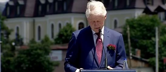 Emocionohet ish-presidenti Bill Clinton
