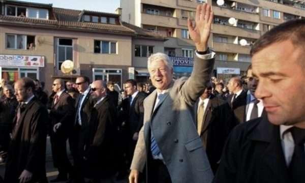 Koha kur Bill Clinton mbante plisin