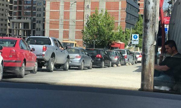 Bllokohet hyrja për në qendër të Prishtinës, krijohet tollovi në komunikacion