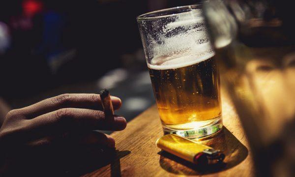 E tmerrshme, detyronte vajzën e saj të kryente marrëdhënie me burra të moshuar për të pirë birrë e cigare