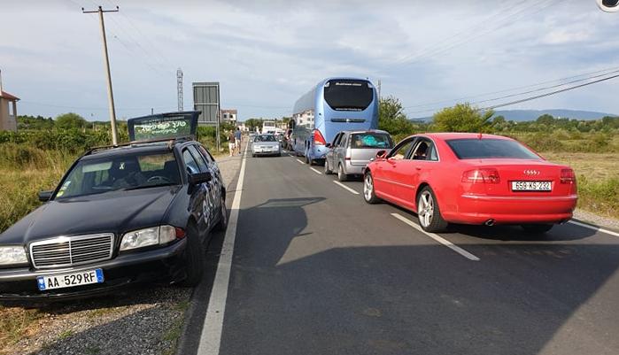 Kosovarët bllokojnë kufirin