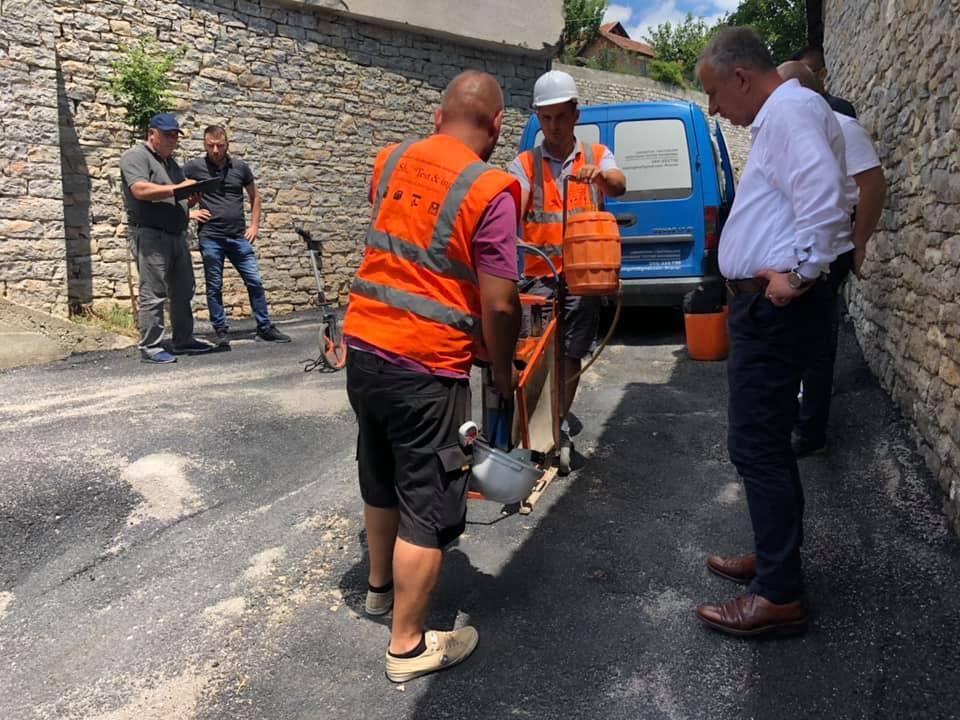 Kryetari i komunës së Suharekës pas matjes i pakënaqur me asfaltimin