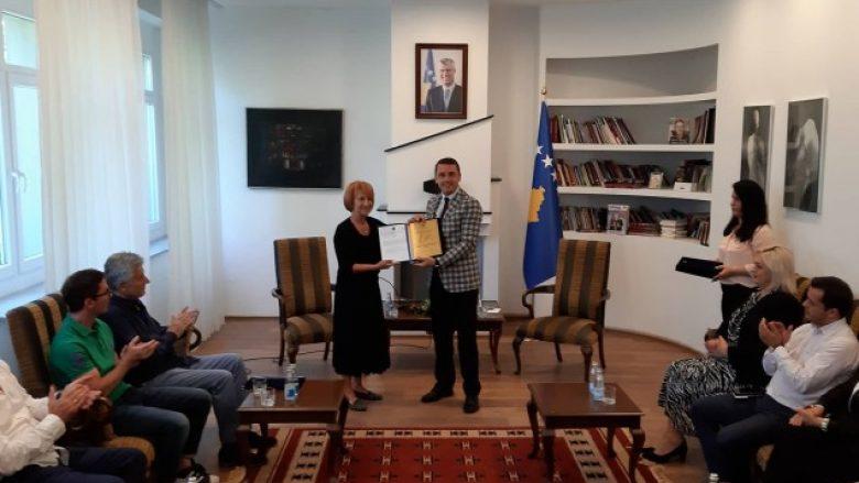 """Çmimi """"Muslim Mulliqi"""" i ndahet Agim Çavdërbashës"""