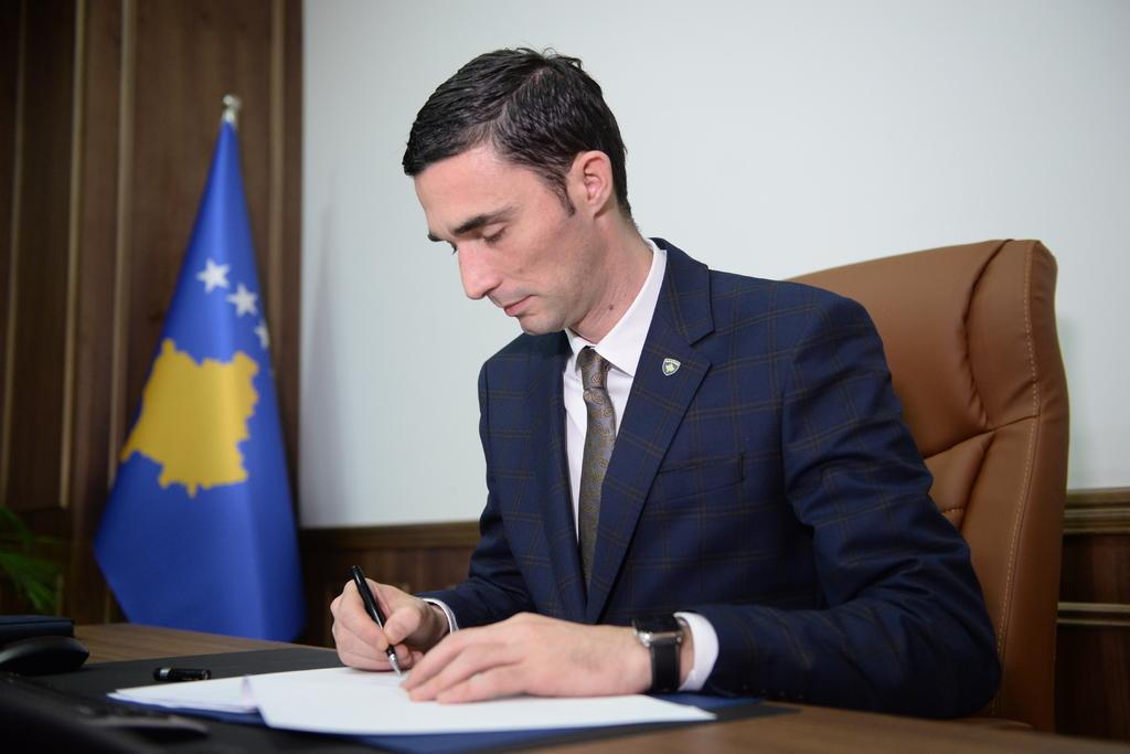 Ministri Shala nënshkruan vendimin për ndërtimin e inkubatorit të bizneseve në Skenderaj