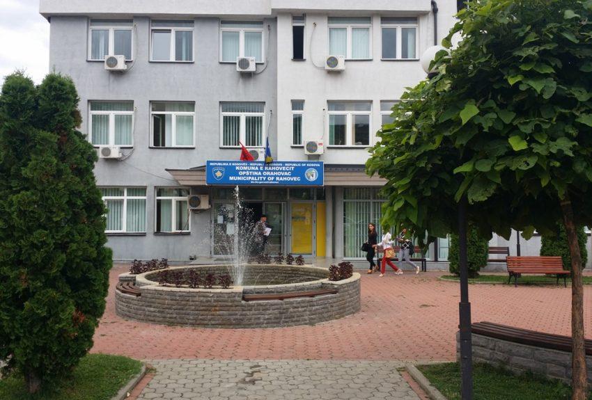 Komuna e Rahovecit lëshon parkingun e saj për mërgimtarët