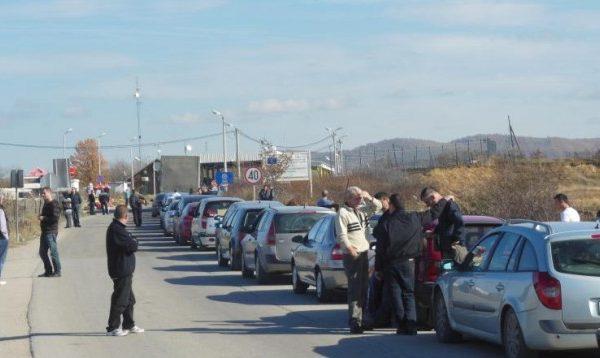 Vazhdojnë pritjet e gjata të bashkatdhetarëve në Merdare