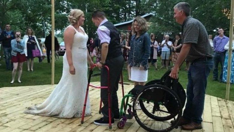 Ishte paralizuar para shtatë vitesh, vendosi të befasojë të gjithë, vallëzoi në dasmën e shokut të tij më të mirë