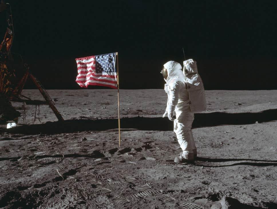 Dyshohet se janë vjedhur gurët e siguruar në Hënë nga 'Apollo 11'