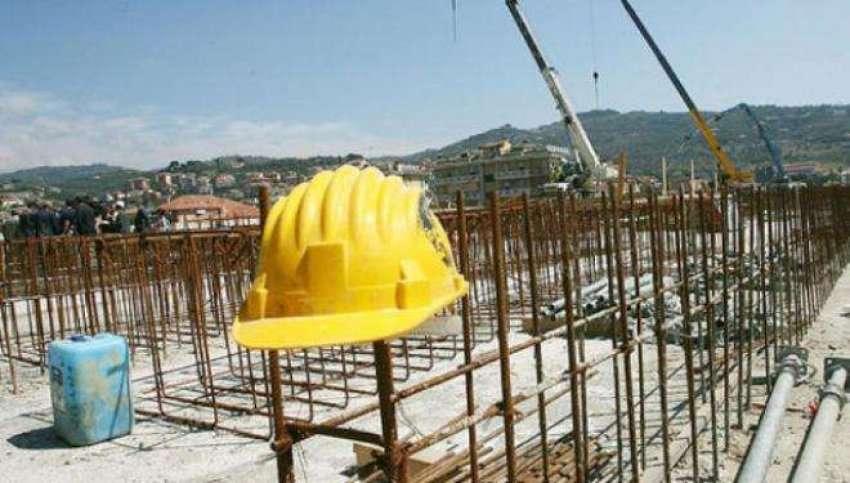 17 vjeçari bie nga 4 metra duke punuar në ndërtimtari
