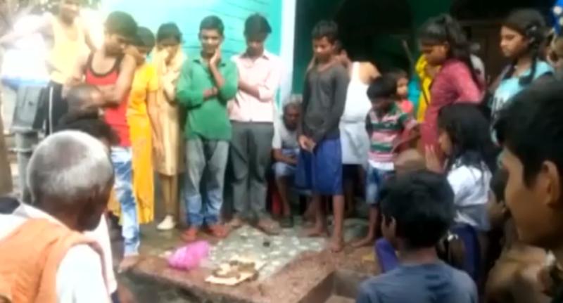 Çmenduri: Burri indian kafshon gjarprin duke e mbytur