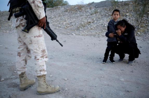 Prekëse, nëna me fëmijë i bien në gjunjë ushtarit që t'i lejojë ta kalojnë kufirin