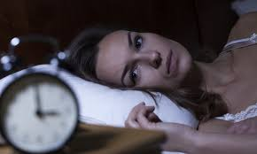 Njerëzit që flenë më pak ,kanë tendencë të shtojnë peshë – arsyeja është kjo!?