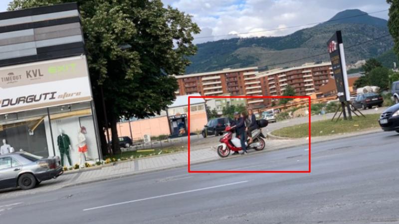 Ndodhë edhe kjo në Kosovë: Tre veta në një motor, burri, gruaja dhe vajza e tyre