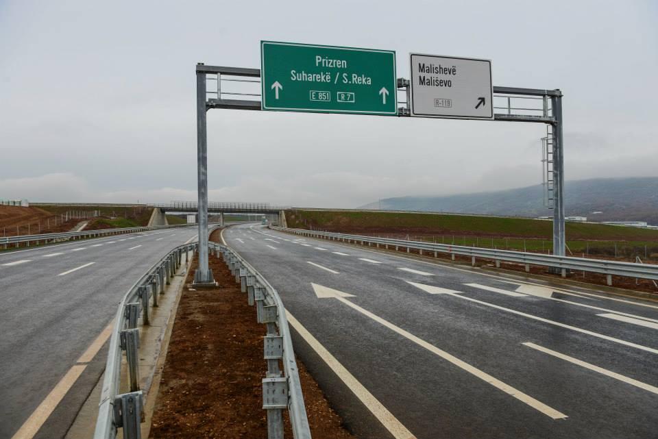 """Vidhën rreth 100 përforcues të shtyllave mbrojtëse në Autostradën """"Ibrahim Rugova"""""""