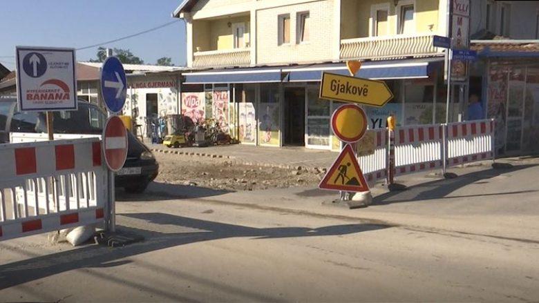 Punimet në magjistralen Deçan-Gjakovë, krijojnë kolona të gjata të veturave