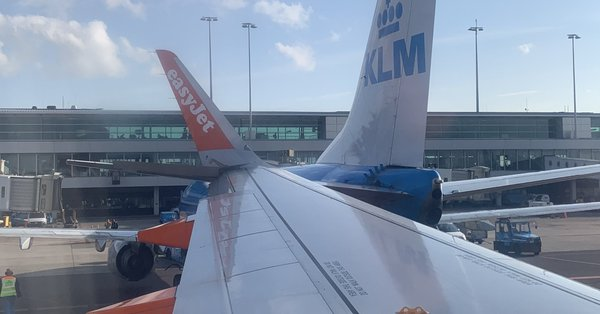 Dy aeroplanë përplasen në aeroportin e Amsterdamit