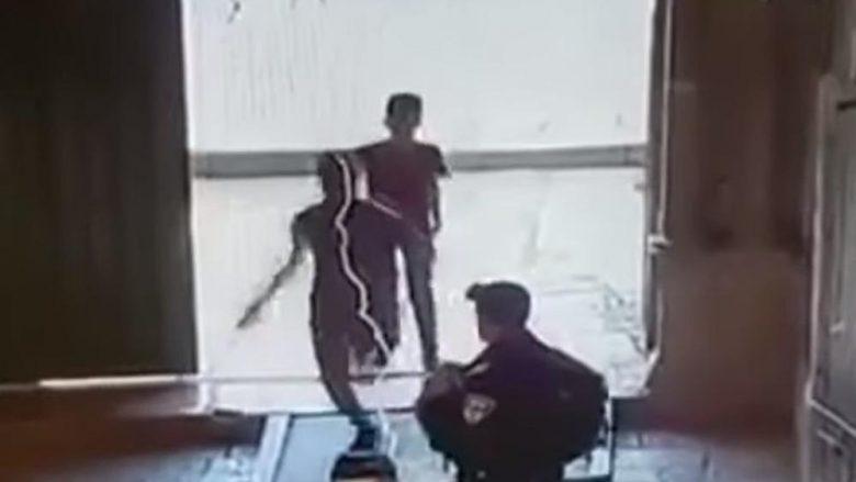 Dy adoleshentë palestinezë sulmojnë me thika policin izraelit në Jerusalem
