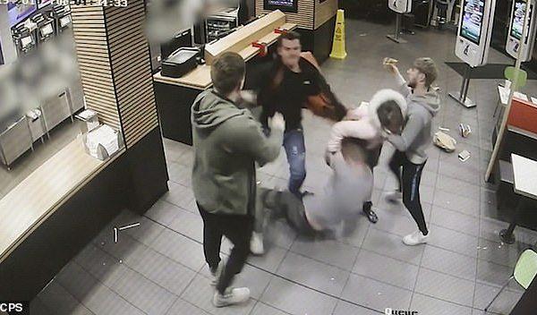 Rrahje në McDonalds, përfshihen edhe një vajzë