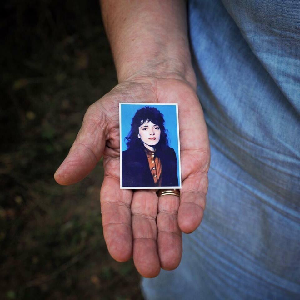 Ky është rrëfimi rrëqethës i nënës kosovare për vajzën e dhunuar dhe të paralizuar nga serbët