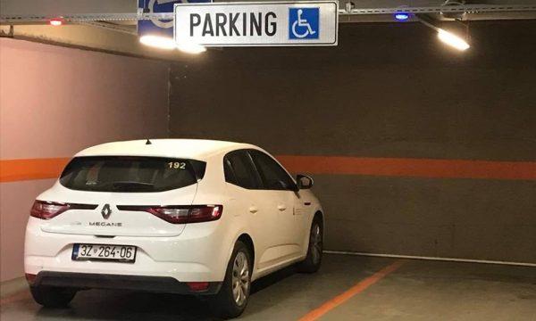 Zyrtari parkon veturën në hapësirën për persona me nevoja të veçanta