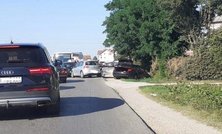 Aksident në mes tre veturash, njëra përfundon në kanal