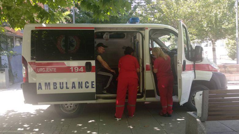 """Rreth 20 persona brenda ditës kërkojnë ndihmë nga autoambulanca e vendosur në sheshin """"Skënderbeu"""""""