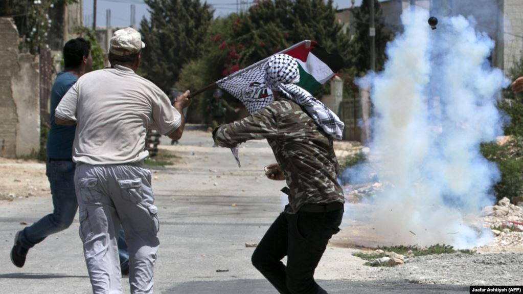 Palestinezët sulmojnë një familje izraelite