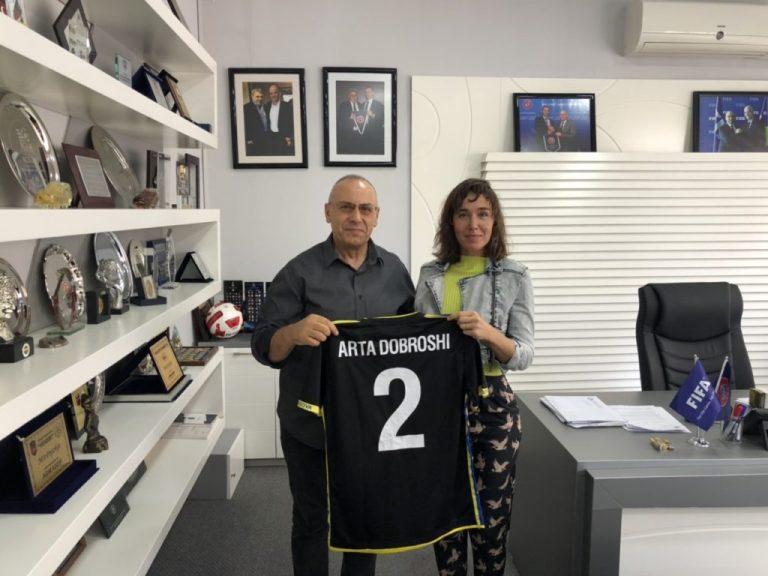 Aktorja Arta Dobroshi viziton FFK-në, i dhurohet fanella e Kosovës