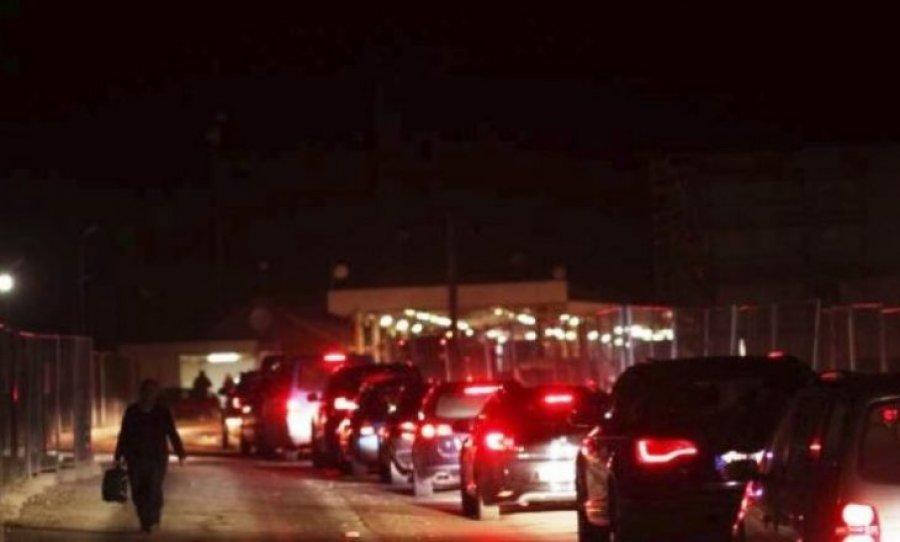 Dy orë e gjysmë pritje në Merdare për të hyrë në Kosovë
