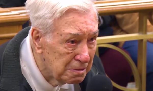 U akuzua se voziti shpejt, gjykatësi e fal 96-vjeçarin për një arsye prekëse