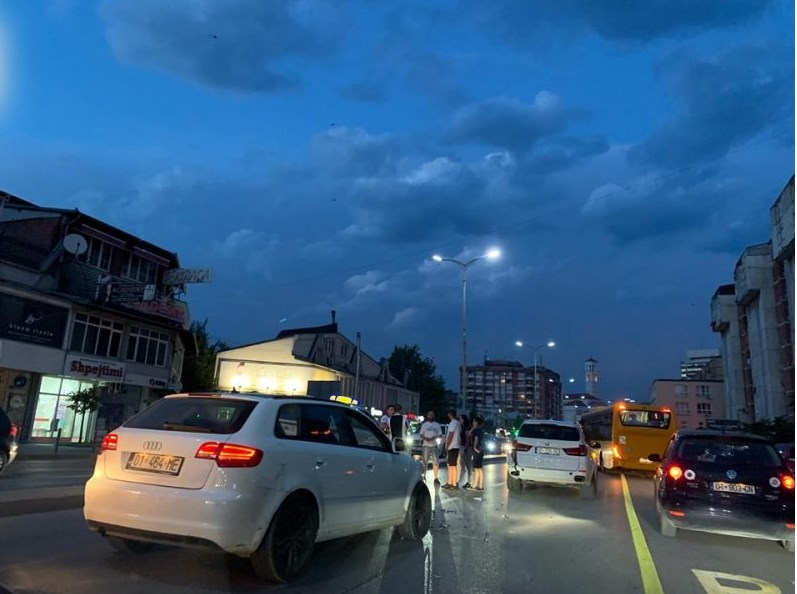 Aksident në qendër të Prishtinës, përfshihen tri vetura