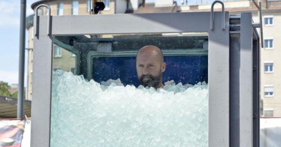 Atleti kaloi dy orë në vaskën e mbushur me akull