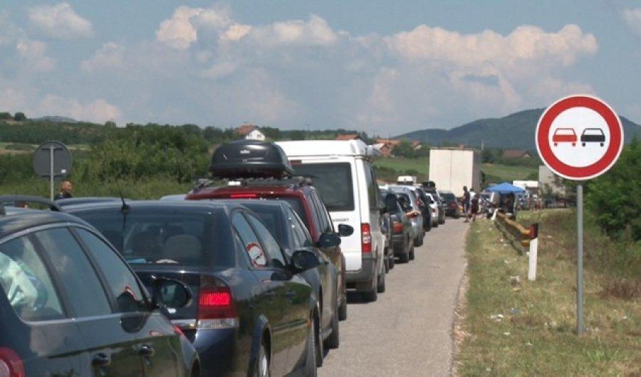 Deri në 7 orë pritjet në Merdare për të dalë nga Kosova