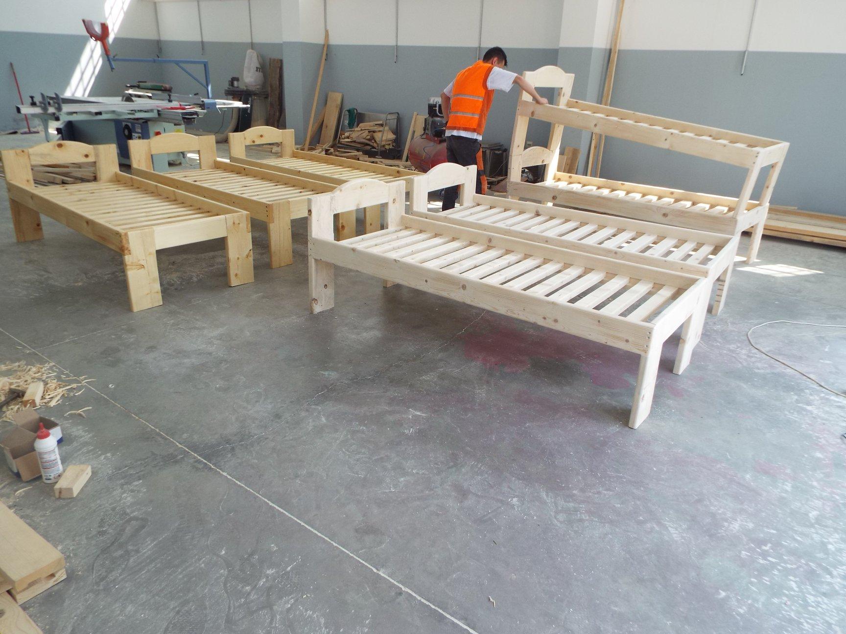 Të burgosurit e Burgut të Sigurisë së Lartë prodhojnë shtretër nga druri