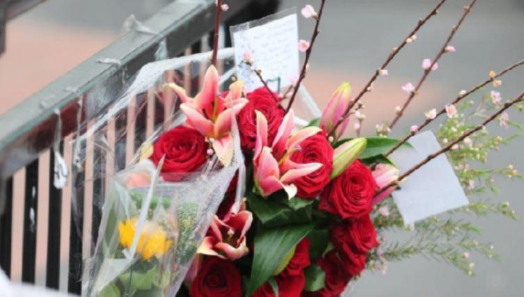 I dinte djemtë e saj të vdekur, nëna pranonte çdo vit lule nga ata