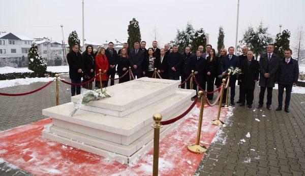 LDK pret që Kurti të përkulet para varrit të Ibrahim Rugovës