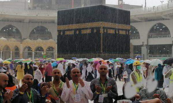 Kështu e përjetuan shiun pas vapës haxhilerët në Mekë