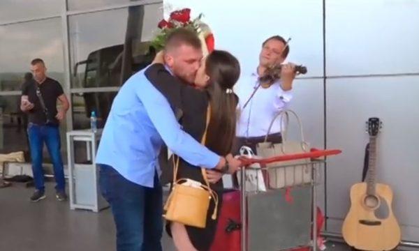 Merr propozimin e bukur për martesë në Aeroportin e Prishtinës