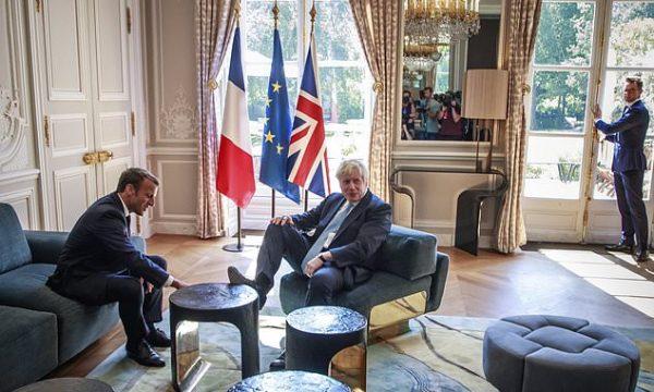 Kryeministri britanik i vendos këmbët mbi tavolin gjatë takimit me presidentin francez