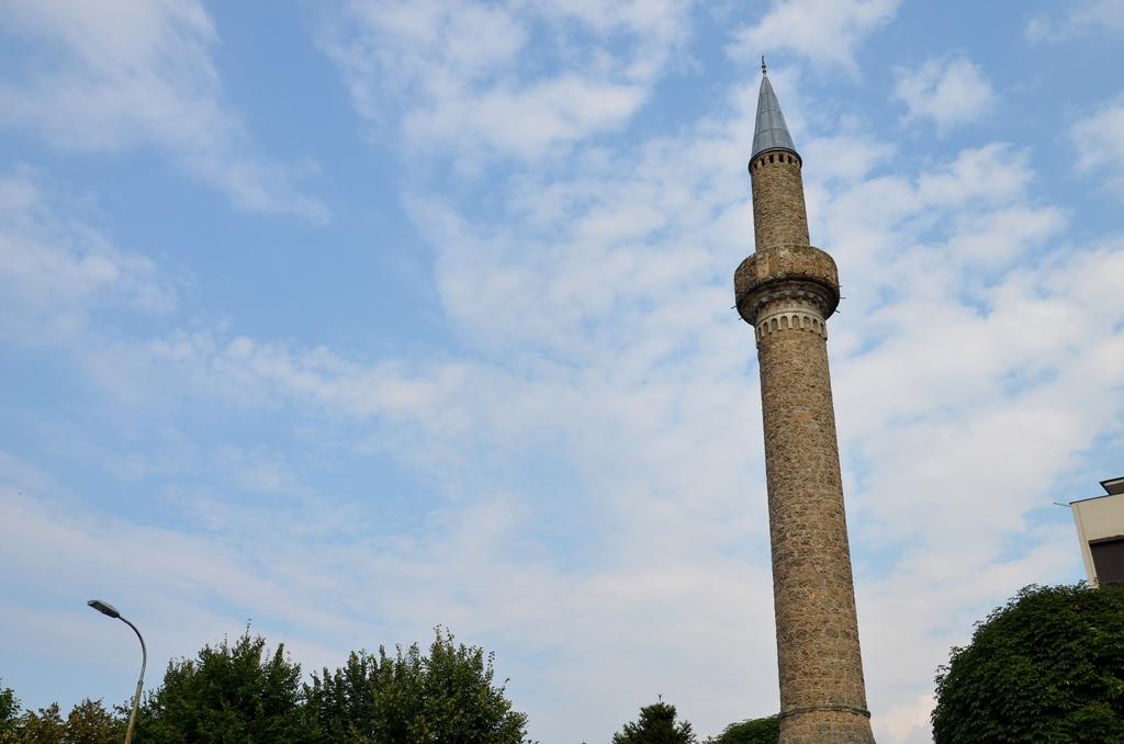 Plaçkitet një xhami në Pejë