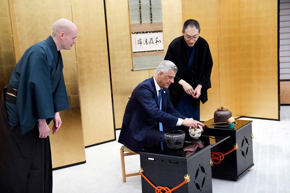 Thaçi përgatit çaj japonez