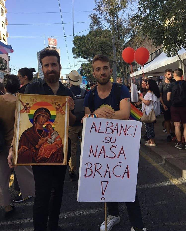 Serbët në qendër të Beogradit dalin me parullën: Shqiptarët janë vëllezërit tanë